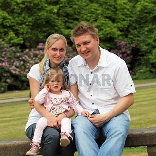 Junge Familie mit Kind im Park -