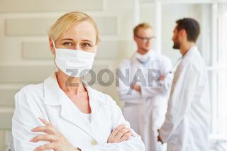 Selbstbewusste Ärztin mit Mundschutz