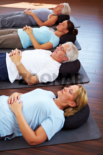 Gruppe macht Meditation