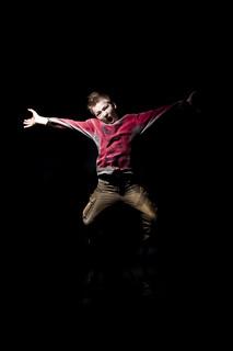Junge springt und schreit wd689