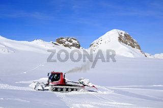 Pistenbully auf dem Gletscher Plaine Morte