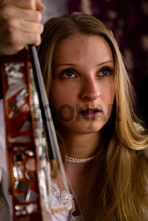Junge blonde Frau mit Geige, Close up