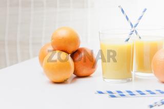 Orangen und Orangensaft mit bayerischen Strohhälmen