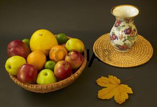 Obstschale mit Vase und Ahornblatt