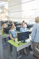 Studenten lernen im Computerkurs