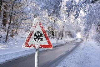 Warnschild vor Schneeglätte auf Landstraße