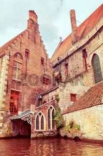 Das alte Sankt Jansspital in Brügge von einer Gracht aus betrachtet