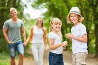 Geschwister Kinder auf einem Ausflug