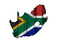 Karte und Fahne von Südafrika auf verwittertem Holz - Map and flag of South Africa on weathered wood