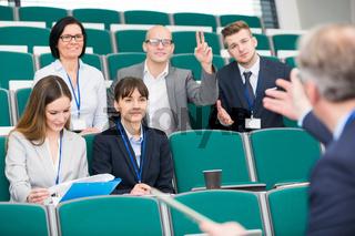 Junge Geschäftsleute im Assessment Center