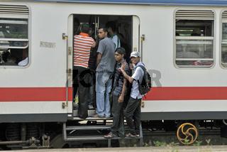Trittbrettfahrer, überfüllter Zug, Ragama, Sri Lanka, Ceylon, Südasien, Asien