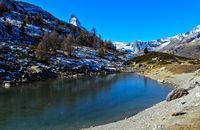 Herbst am Grüensee mit Blick zum Matterhorn