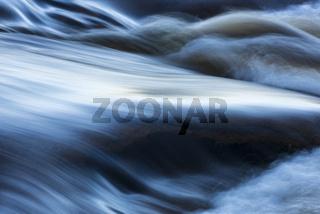 Wellen in einem Bach, Lappland