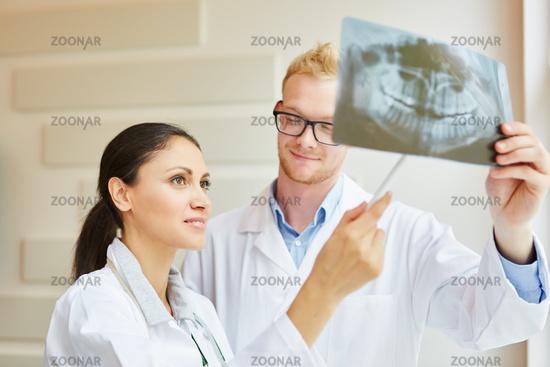 Zahnärztin und Radiologe mit Röntgenbild