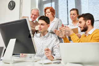 Business Team lernt am Computer
