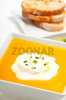 Kürbissuppe und Baguette isolated on white