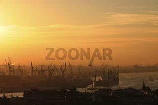 Der Hafen bei Sonnenuntergang