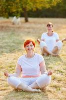 Zwei weiblichen Senioren machen Yoga