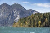 Herbst am Walchensee in Bayern