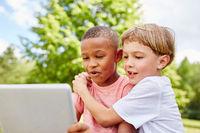 Zwei Jungen als Freunde am Laptop