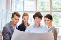 Business Team schaut auf einen Plan