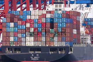 Containerschiff am Containerterminal Eurokai im Hamburger Hafen