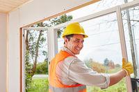 Mann als kompetenter Fenstermonteur