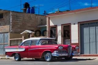 Amerikanischer roter Oldtimer parkt auf der Strasse in Santa Clara Kuba