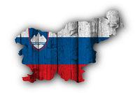 Karte und Fahne von Slowenien auf verwittertem Holz - Map and flag of Slovenia on weathered wood