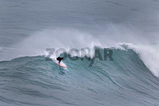 Surfer in einer Welle, Nazare, Portugal, Europa