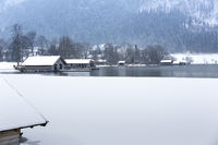 Bootshäuser am Schliersee, Bayern, im Winter
