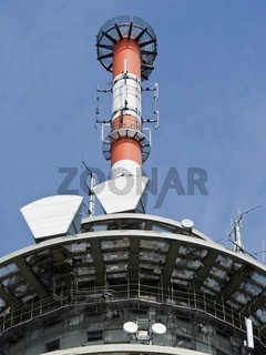 Funkmast mit Sende- und Empfangseinheiten einer Funkstelle