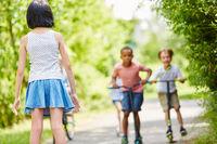 Kinder beim Wettkampf mit Roller