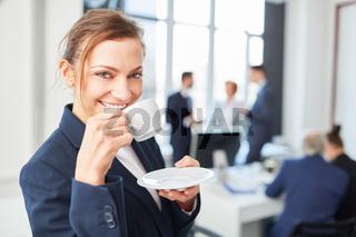 Geschäftsfrau freut sich über Kaffeepause