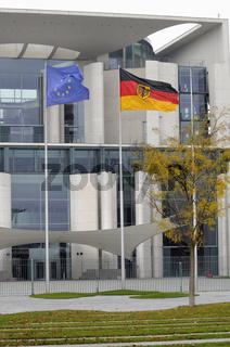 europäische und deutsche Flagge vor dem Kanzleramt in Berlin