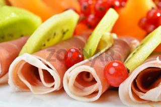 Schinkenröllchen mit frischen Früchten