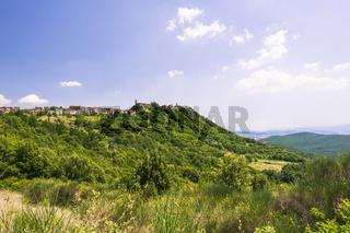 Dorf Roccatederighi, Häuser aus Stein auf einem Hügel, Gemeinde Roccastrada , Toskana, Provinz Gross