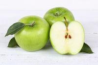 Äpfel Apfel grün Obst Frucht Früchte geschnitten auf Holzplatte