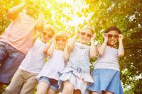 Coole Gruppe Kinder als multikulturelle Freunde