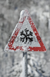 Warnschild für Schneeglätte im Winter
