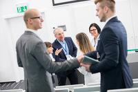 Gruppe Geschäftleute beim Hände schütteln