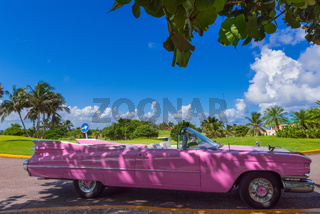 Amerikanischer pink Cabriolet Oldtimer in Varadero Cuba - Serie Cuba Reportage