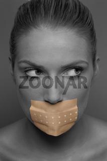 Junge Frau mit Pflaster über Mund