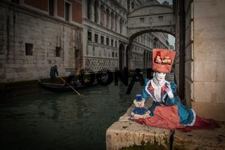 Venezianische Maske vor der Seufzerbrücke