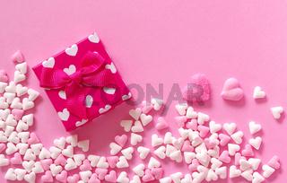 Zuckerherzen und Geschenkpäckchen