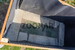 Blick ins Innere eines selbstgebauten Hochbeetes - Bauanleitung Hügelbeet