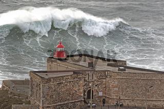 Leuchtturm Farol de Nazare mit grossen Wellen, Nazare, Portugal, Europa