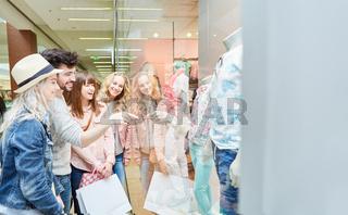 Gruppe Teenager beim Shopping nach Mode