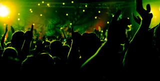 Party bei Nacht - Menschen feiern, tanzen und haben Spaß.