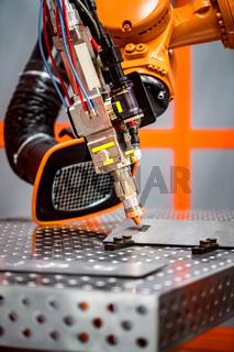 Fibre laser robotic remote cutting system